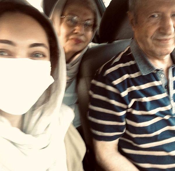 سلفی ماشینی نیکی کریمی و خانواده اش /عکس