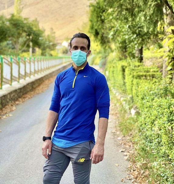 پیاده روی علی کریمی در مکانی خوش آب و هوا /عکس