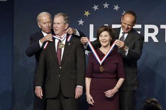 مدال آزادی بر گردن بوش آویخته شد!/ عکس