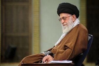 عکس دیده نشده از رهبر انقلاب در حال خواندن کتاب