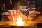 آتش زدن پرچم آمریکا در سطل زباله!+فیلم