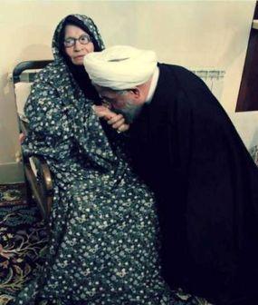 بوسه روحانی بر دستان پرمهر مادرش / عکس