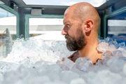 مردی که یخ زد تا معروف شود/ عکس