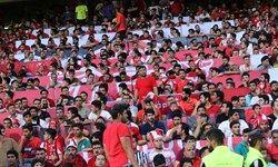 تجمع پرسپولیسی ها مقابل وزارت ورزش و شعار علیه عرب+عکس