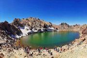 دریاچه زیبا در دهانه آتشفشان +عکس