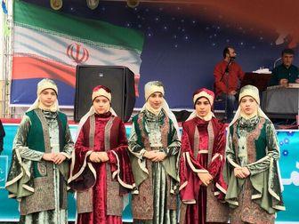 حضور مردم با پوششهای محلی در راهیپیمایی 22 بهمن