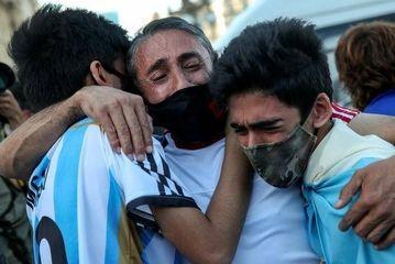 مراسم متفاوت خاکسپاری مارادونا/ گزارش تصویری
