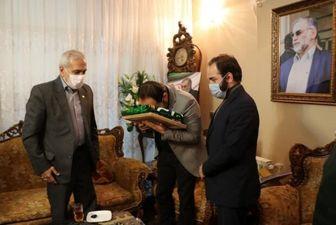 اهدای پرچم آستان قدس رضوی به خانواده شهید فخریزاده