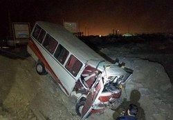 ۱۳ مصدوم در واژگونی مینیبوس کارگران پتروشیمی بوشهر