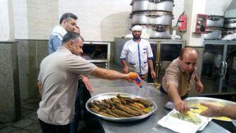 نذر طبخ و توزیع سبزی پلو با ماهی توسط بسیجیان شهرداری تهران