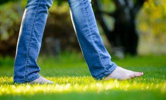 فواید پابرهنه راه رفتن روی چمن که باورتان نمی شود