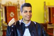 امضا دادن عادل فردوسی پور به هوادارانش/ عکس
