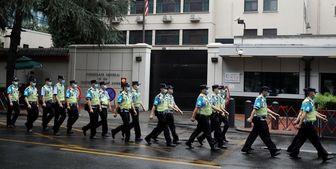آمادگی کارکنان آمریکایی برای خروج از کنسولگری آمریکا در شهر چنگدوی چین