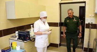 مقامات روسیه واکسن کرونا تزریق میکنند