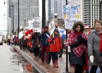 معلمان آمریکایی در شیکاگو به اعتراضات خود ادامه میدهند