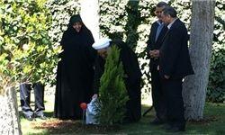 روحانی در حاشیه ساختمان هیأت دولت یک نهال کاشت