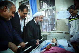 """روحانی"""" به مصدومان زلزله شاخه گل اهدا کرد"""