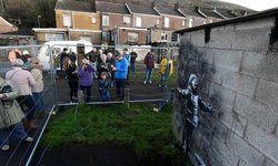حفاظت پلیس از یک نقاشی خیابانی! +عکس