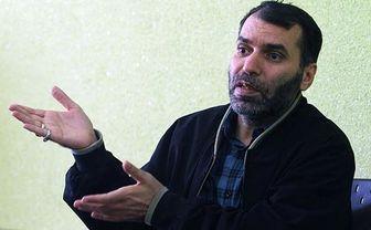 عکس یادگاری مسعود ده نمکی با تمبر یادمان فیلم «اخراجیها»