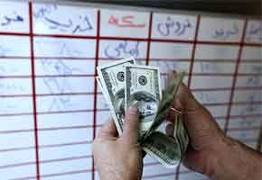 صف های خرید دلار همچنان پابرجاست