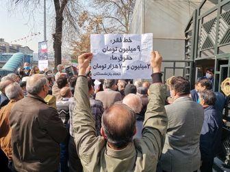 تجمع اعتراض آمیز بازنشستگان مقابل سازمان تامین اجتماعی