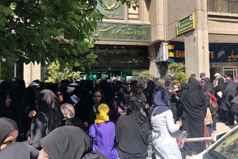 تجمع معلمان مقابل ساختمان وزارت آموزش و پرورش/ عکس
