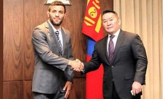 سعید ملایی با پرچم مغولستان مبارزه میکند